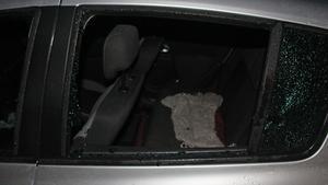 Gärningsmännen krossade ena bakrutan för att nå in i bilen.