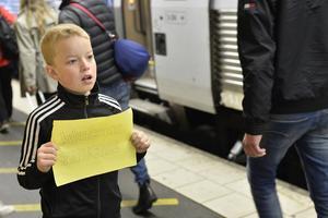 Gordon Grahn inväntar ett tåg från Malmö, där 15 personer, varav en stor barnfamilj, anlända runt klockan 09.40.