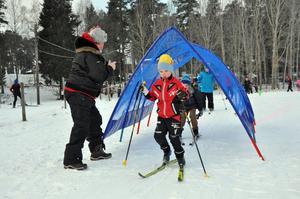 TUNNELÅKNING. Thea Öjdahl, som går i tvåan, i tunneln med Edvin Marsch efter sig. Mats Jansson, personal på skolan, fotar händelseförloppet.