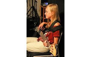 Klara var en av dem som testade att spela bas under måndagen. Foto: Emma Andersson
