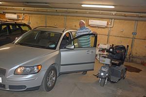 Lars-Erik Tervahauta behöver hjälp av både rullator och trehjuling för att ta sig till sin bil.
