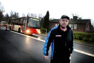 """upprörd. Kurt Isaksson bor i Stigslund och är upprörd över den nya busshållplatsen. """"Det här är en idiotgrej. Särskilt när tågbommarna har varit nere. Det blir väldigt kö"""", säger han."""