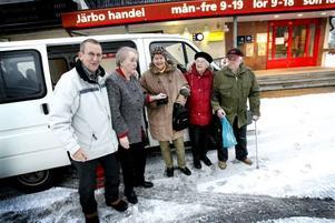 Chauffören Mats Hillström, Ingrid Olsson, Mildred Bohlin, Sonja Claesson och Nils Pettersson är redo för veckans shoppingrunda.