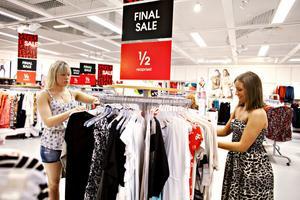 Lindexsäljarna Emma Ivarsson och Denise Timmann säger att försäljningen är väderberoende, men att rean lockar många och att det alltid är folk i butiken.