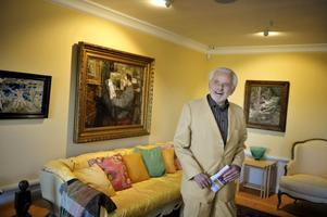 Den konstälskande byggmästaren. Sven-Harry Karlsson firar 80-årsdagen genom att öppna en exakt kopia av sitt förra hem för allmänheten. Här hans Ernst Josephson-hörna.