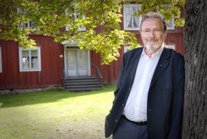 Anders Bergsten flyttade ofta som barn och har ingen egen hembygd. Men sedan 1974 har han bott i Rengsjö – och i hembygdsbyn känner han sig hemma.