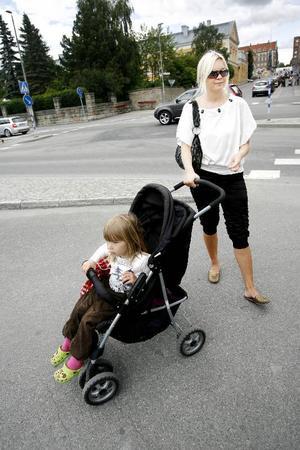 """Gabriella Nilsson är försiktig när barnvagnen följer med på promenad.""""Annars kliver jag bara ut i vägen. Man måste markera för att bli framsläppt"""", tycker hon."""