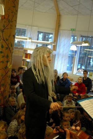DIRIGENT I PERUK. Simon Svärd hoppade in och agerade dirigent under en av låtarna.