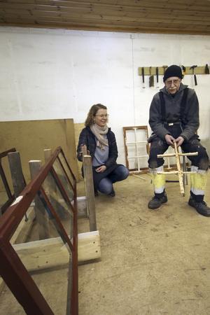 Kulturmiljövård. Ulrica Persson och Göran Ekerlund berättar att Dialogkraft även tagit hand om repareringen av fönstrena vid Thorshammars verkstad efter skadegörelsen där.