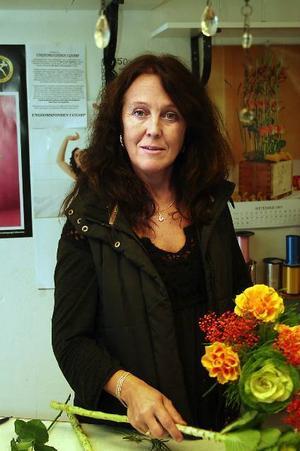 Ulla Lindqvist anser att hennes blomsteraffär måste vidga kundbasen. För det krävs att bilisterna viker av från E4:an.