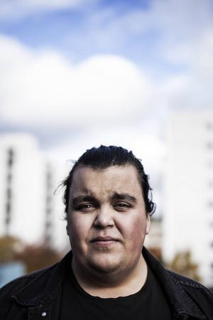 Frilansjournalisten Alexander Mahmoud gjorde ett personligt reportage om rasism och nominerades till Stora journalistpriset 2015. Det ligger till grund för boken.