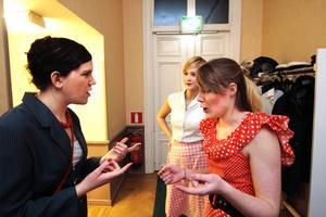 19.35. – Så mycket publik! Föreställningen har just dragit igång. Hanna Holm och Stina Brinck har återvänt från festsalen där allt utspelar sig och berättar för Viktoria Kvarnbrant. Publikrekord med minst 15 extrainsatta stolar.