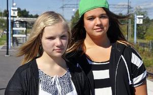 Fel betalkort gjorde att Linnea Jansson Fyhr och Linnea Hedvall fick kliva av tåget i Djurås. Foto: Christer Klockarås