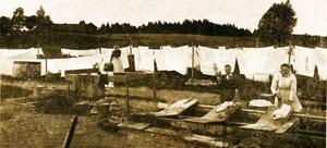 Utan centrifugering. De tre bykande damerna Hanna Persson, längst till vänster, Ida Billgren och Augusta Lundberg fotograferades av Kumlafotografen Knut Brydolf i slutet av 1800-talet. Bebyggelsen i bakgrunden ligger utmed det som i dag är Änggatan.