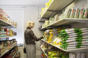 Emma Lindberg går igenom sortimentet och tycker det är trevligt med en ny butik i Edsbyn som säljer utländska varor.