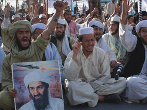 Tveksam betydelse. Även om USA och Obama nu hyllas för sin insats i kampen mot terrorismen är det ytterst tveksamt om Bin Ladins död verkligen kommer att förändra världsordningen i någon egentlig mening.  På bilden vredgade   Bin Ladin-anhängare i Pakistan.