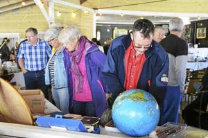 Över hundra besökare kom till Folkets park i Ställdalen under söndagen för att buda på allt från möbler till prydnadssaker. Firman JGs auktionsservice anordnar auktionen.