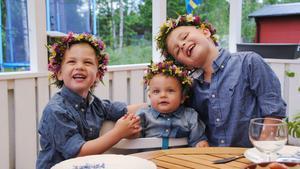 Bröderna Jansson från Surahammar firar midsommar. Bilden är tagen av morfar Janne.