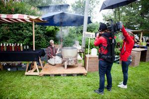 ÖP var på plats samtidigt som TV4 nyhetsmorgon filmade. Här kokar Peter Blombergsson sirap av sav, 100 liter blir så småningom 1 liter.