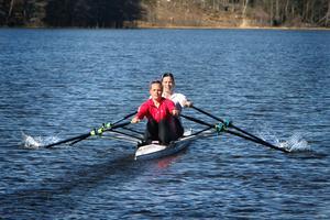 Norrtälje Roddförenings Anna Malvina Svennung och Britta Pivac kan få tävla i SM på hemmaplan nästa år.