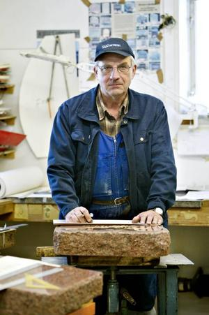 50 ÅR VID STENHUGGERIET. Kjell Nordqvist, Kungsberg, började i sin far och farbrors stenhuggeri som 14-åring, men det var farfar Carl (1886–1971) som lärde honom konsten att texta gravstenar. Under 50 år har Kjell haft huvudansvaret för textningen i stenhuggeriet, som han driver tillsammans med sina två bröder Stig och Rolf. I dag, söndag, fyller han 65 och börjar sakta att trappa ned.