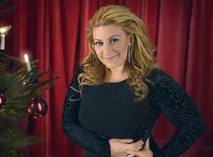 Sarah Dawn Finer är årets julvärd i SVT.