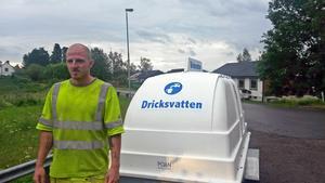 På fredagseftermiddagen ställde Petter Engberg och hans kollegor på Sandviken energi ut en vattentank vid korsningen Kärråsvägen–Per Matsvägen där Jäderforsborna kan hämta vatten.