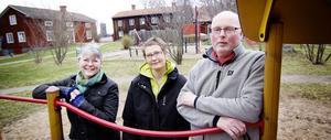 Katarina Carlsson, Mia Eberson Skjefstad och Håkan Carlsson hälsar välkommen till Träslottet. På torsdag öppnar 1700-talsgården för ännu en säsong.