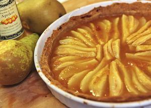 Päronpajen fylls med färska päron och toppas med god aprikosmarmelad.   Foto: Dan Strandqvist