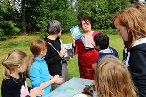 Helena Näslund från biblioteket besökte slöjdlägret för att komma med boktips till barnen. På bilden syns Märta Dahlsten, Sara Norrby, Kersti Muhrén, Maashoek Arbi och Cara Noble.