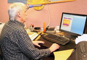 Efter det fysiska besöket hos kunden analyserar Lars-Inge Lärkfors bilderna i stitt kontor för att mäta graderna och den eventuella värmeförslusten.