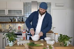 """Martin Nordin utgår från grönsakernas smak när han skapar en hamburgare – i stället för att köra med """"låtsaskött""""."""