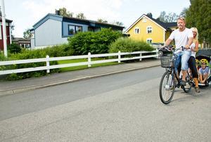Här kommer familjen Hurtigh eller ska vi kanske säga familjen elcykel. För familjen ingår i ett kommunprojekt som innebär att en elcykel ska ta dem fram i stället för bil.