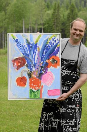 Pelle är lycklig över hedersgåvan, en målning av Gerd Göran.