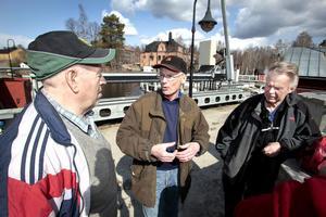 Göran Dahlberg ordförande i Forsa fiskevårdsförening, Fortums fiskmästare Sigvard Uppman och kassören i Forsa fiskevårdsförening Birger Hellstrand.