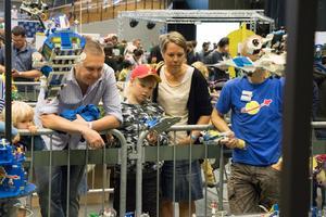 Mattias Ormestad tittar på det Lego han hade som ung tillsammans med sonen Lukas.