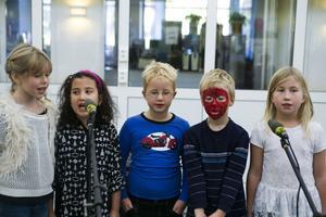Barnsång bjöd den här kvintetten från Överhörnäs på.