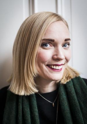 Isabelle driver en pastellig blogg, är P4-toppens nya programledare och även före detta musikalartist.