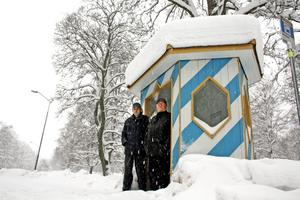 Det är inte lätt att vara bussresenär i Sannahed tycker Bengt Öhrn och Stig Ljunglöf, som hoppas på bättre snöröjning kring busskuren. Bild: JAN WIJK