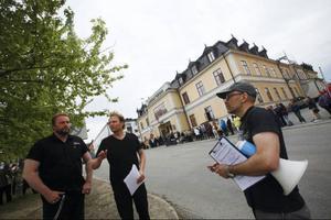 Köerna utanför Gamla Teatern ringlade långa 22 maj när Startskott! hade sin manifestation. På bilden artisten Micke Mojo och två av arrangörerna, Jens Ganman och Martin Kjellerstedt.arkivbild: emma  rodling