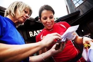Koll på kartan. Den rutinerade orienteraren Hannus ger Charlotte Kalla nyttiga tips i kartläsning.
