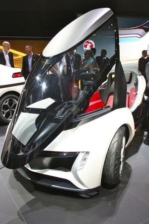Opel RAKe. Liten och billig, Opels lilla fräcka elbil riktar sig till miljömedvetna ungdomar boende i storstad. En mil för en krona är bilens motto. Två personer får plats sittandes bakom varandra vilket gör bilen smal och perfekt för stadstrafik.