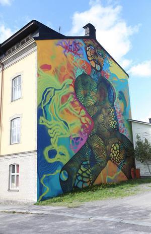 Karolina Falkholts väggmålning på Holmgatan i Härnösand.