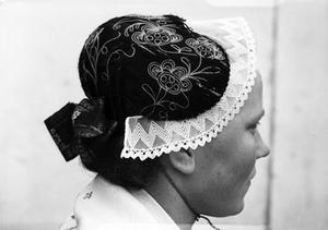 Det är detaljerna som huvudbonad, förkläde och sjalar den lokal dräkten framträder. Foto: Länsmuseet Gävleborg