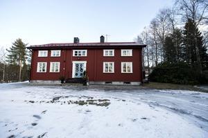 Runt Elfvinggården har det vuxit upp ett villaområde, men huset behåller sin tidstypiska karaktär. En allé leder till husets framsida.