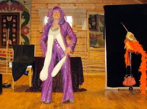 Irene Sangermark bjöd på såväl sig själv som underhållning vid SPF Orsas senaste månadsmöte. Foto: Hasse Ekström