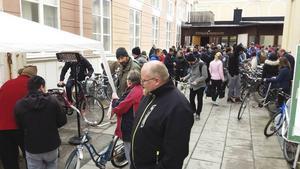 Hundratals hugade cykelspekulanter besökte Baptistkyrkans innergård under lördagen.
