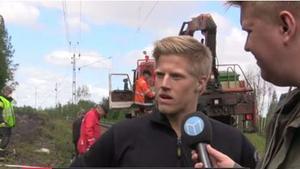 Räddningstjänsten intervjuas av Allehandas reporter Oscar Nilsson.
