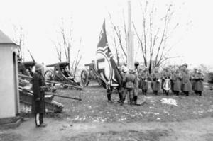 Oslo 9. april 1940. Hakkorsflaggan hissas på Akershus fästning.