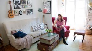 Soffan i vardagsrummet är nyproducerad i äldre stil, med en modern soffas bekvämlighet. Två koffertar blir ett fint soffbord och golvlampan har skärmar i Lindas favoritfärger.